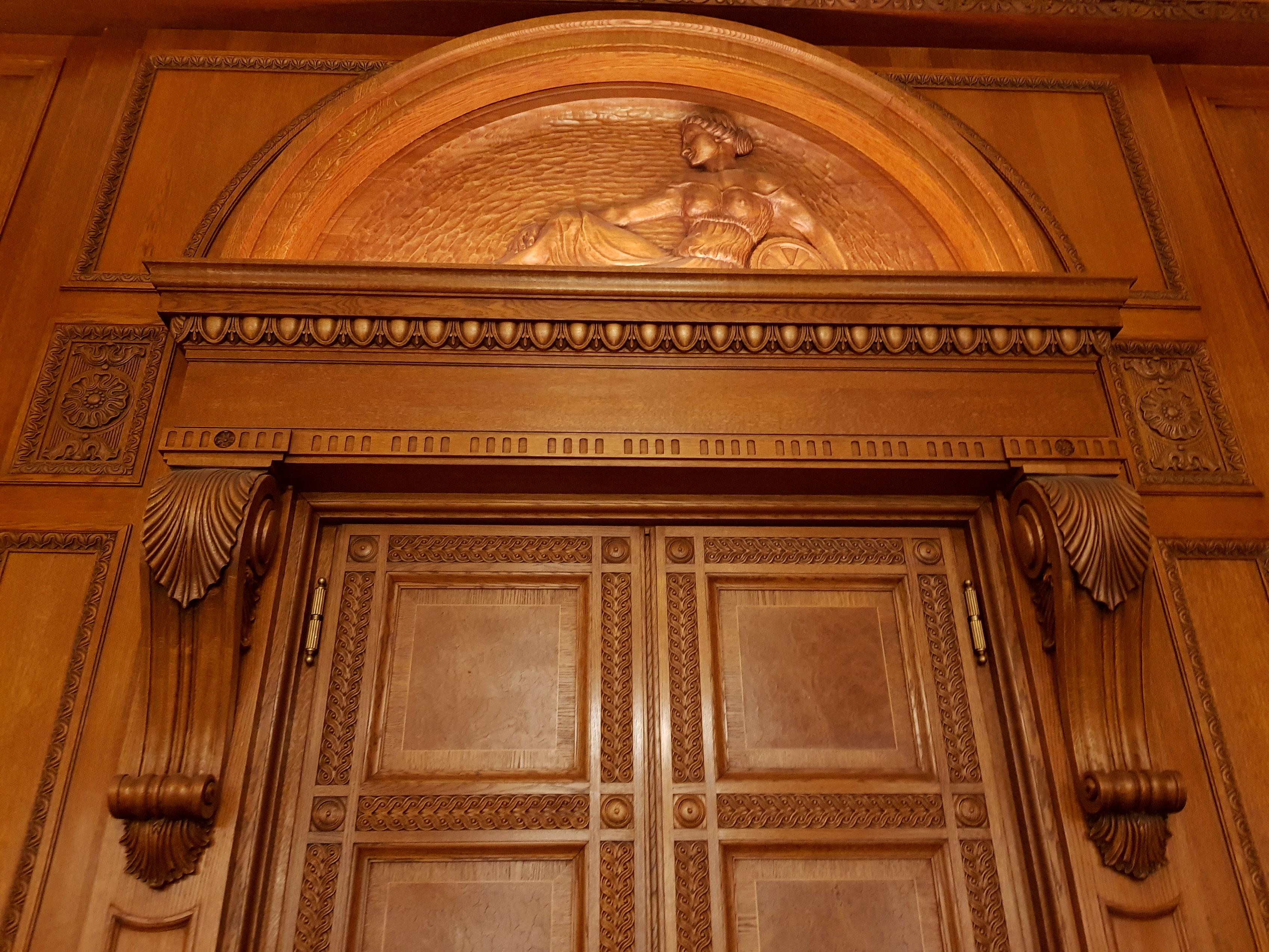 Holzschnitzerei für Türen auf Anfrage