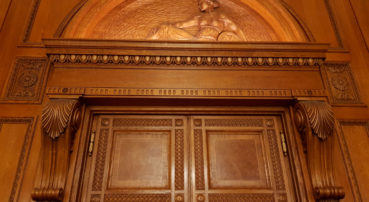 Geschnitzte Türrahmen, Holzreliefe, Holzkonsole geschnitzt, Schnitzleisten